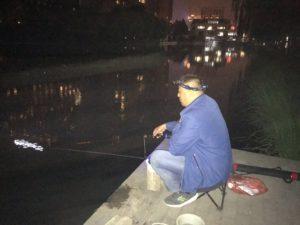 Pechino, pescatore a Liangmaqiao